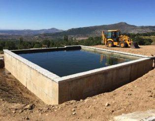 Depósito de agua en el T.M. de Valdemanco (Comunidad de Madrid). Agua.Retroexcavadora